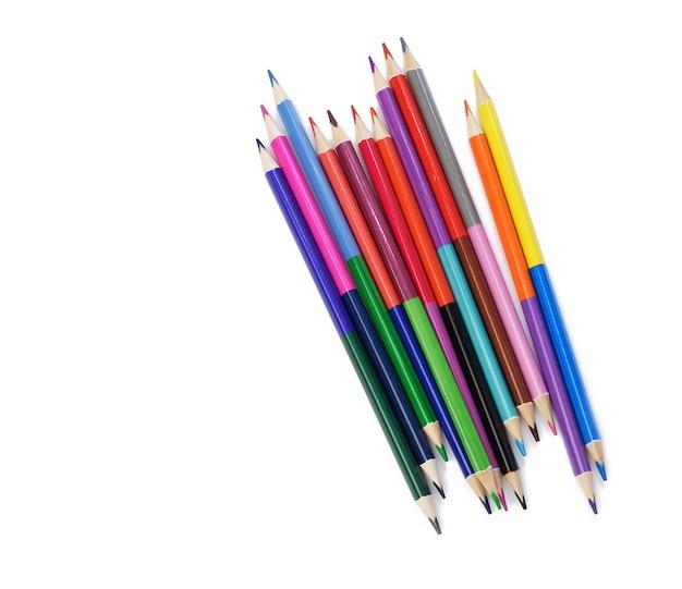 Geschärfte farbige holzstifte auf weißem hintergrund, draufsicht, satz