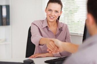 Geschäftsfrau, die Hände schütteln