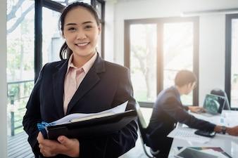Geschäftsfrauberater und -geschäftsmann, die am Hintergrund im Büro arbeiten