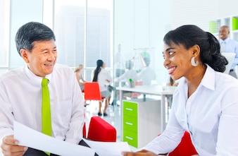 Geschäftsleute, die in einem grünen Büro arbeiten