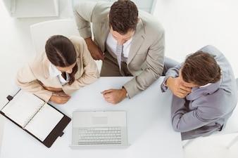 Geschäftsleute, die Laptop im Büro verwenden