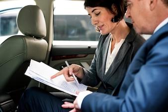 Geschäftsleute, die nach innen Arbeitsauto treffen