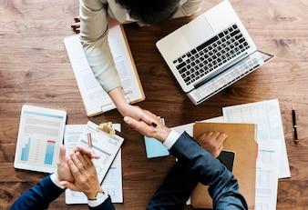 Geschäftsleute, die zusammen Hände rütteln