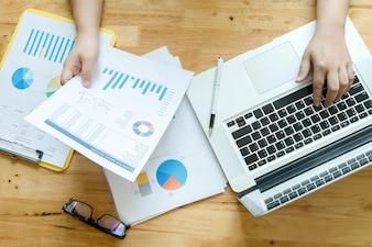 Geschäftsmann ausgewogene finanzielle ausländische Grafik Buchhaltung