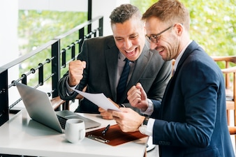Geschäftsmann-Erfolgs-Gesten-nettes Konzept