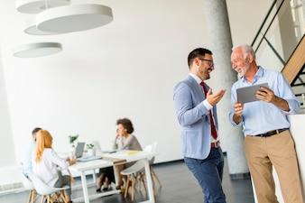 Geschäftsmänner mit digitaler Tablette im Büro