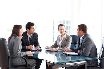 Geschäftsmänner und Geschäftsfrauen, die während einer Sitzung sprechen