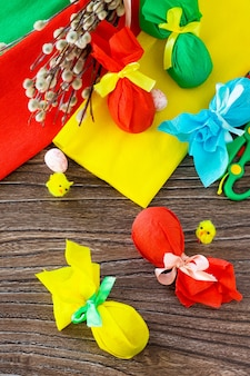 Geschenk dekoratives osterei gebunden mit bändern auf einem holztisch handmade project