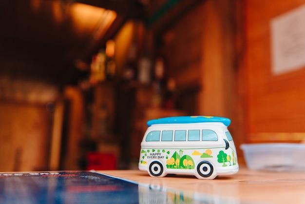 Geschenk eines kleinen wohnwagens aus porzellan nach einem ausflug zum strand