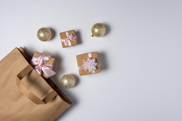 Geschenk-einkaufstasche mit geschenkboxen und weihnachtskugeldekoration