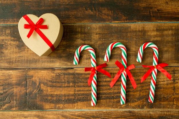 Geschenk für weihnachten und zuckerstangen mit band