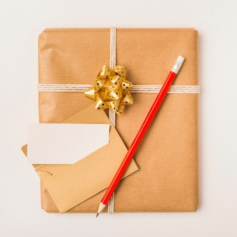 Geschenk im kraftpapier mit leerer grußkarte