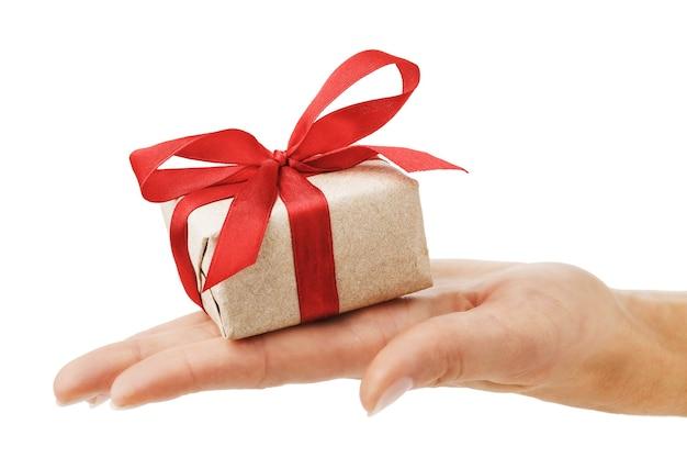 Geschenk in der hand lokalisiert auf weißem hintergrund