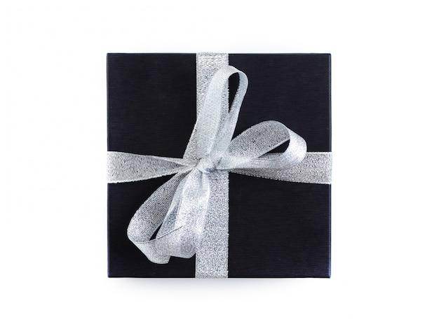 Geschenk in einem schwarzen paket mit einem silbernen band gebunden.