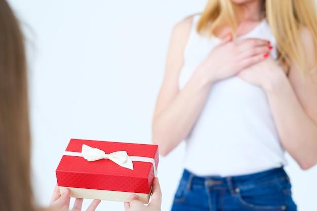 Geschenk in einer geschenkbox für mutter. liebevolle tochter- und familienbeziehungen.