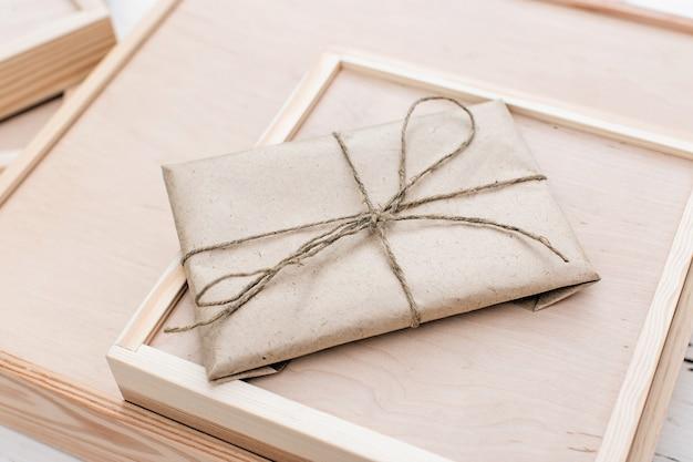Geschenk in kraftpapier eingewickelt