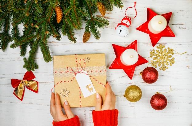Geschenk in kraftpapierbox