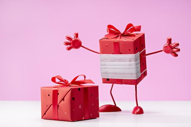 Geschenk in roter schachtel in schutzmaske, innen interessant. wir besiegen viren. box auf beinen, mit griffen.