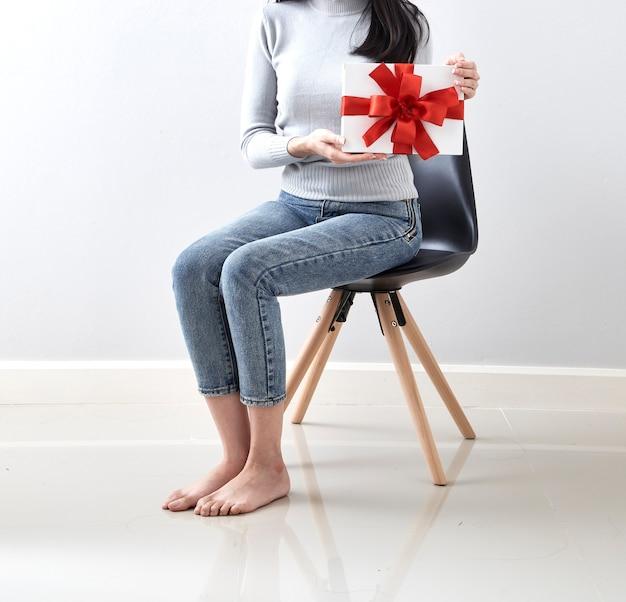 Geschenk in weihnachtsmädchen