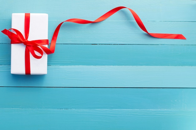 Geschenk in weißer verpackung und rotem band
