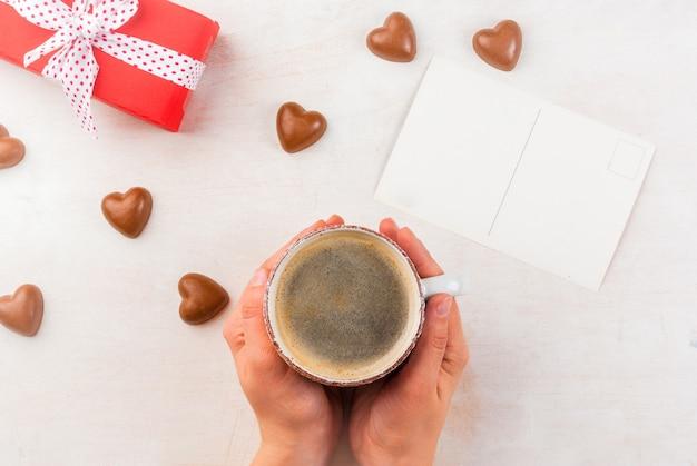 Geschenk, kaffee und süßigkeiten zum valentinstag
