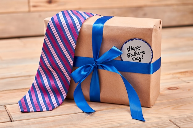 Geschenk, krawatte und vaterkarte. gestreifte krawatte auf geschenkbox. beste qualitätsgeschenke für väter.