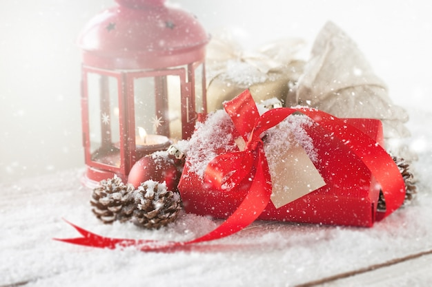 Geschenk mit einer roten krawatte und eine antike lampe