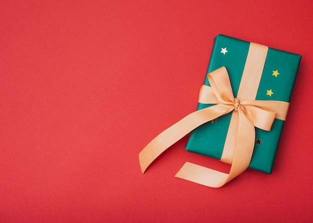 Geschenk mit goldenen sternen für weihnachten mit kopienraum