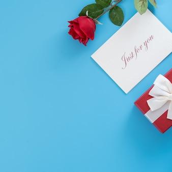 Geschenk mit grußkarte, konzept des valentinstags