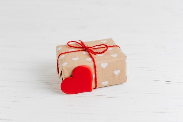 Geschenk mit herzdekoration zum valentinstag
