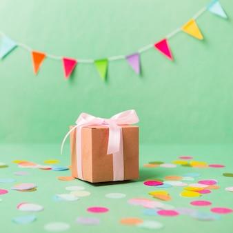 Geschenk mit konfetti