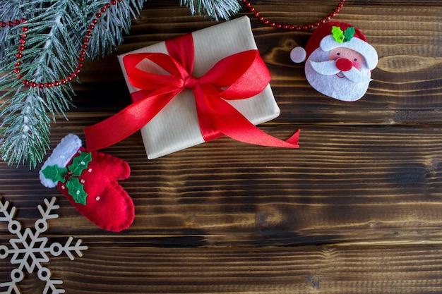 Geschenk mit rotem band und weihnachtsdekoration