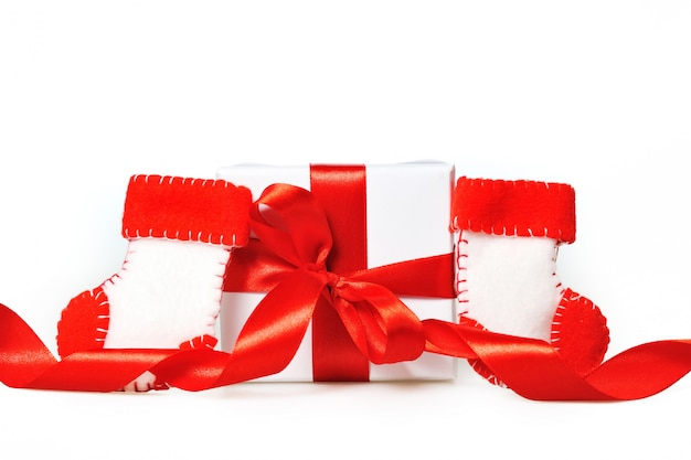 Geschenk mit roten bändern und stiefeln von santa claus