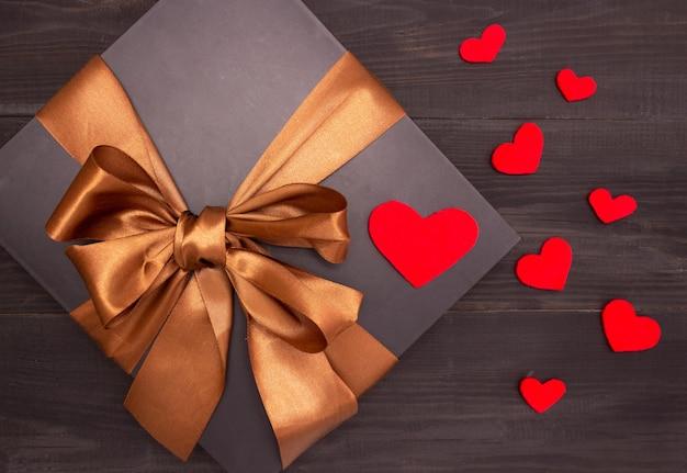 Geschenk mit satinband und herzen