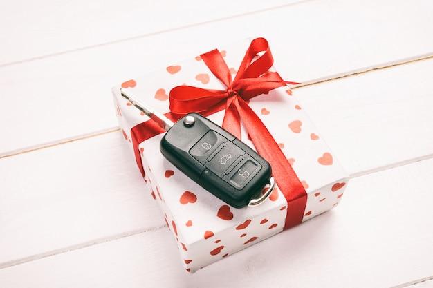 Geschenk mit schleife mit autoschlüssel drauf