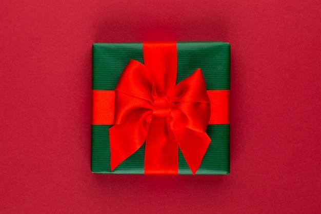 Geschenk- oder geschenkbox auf farbtabelle draufsicht. flache laienkomposition für geburtstag, muttertag oder hochzeit.