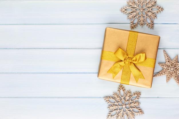 Geschenk- oder geschenkbox auf farbtabellen-draufsicht. flache laienkomposition für geburtstag, muttertag oder hochzeit.
