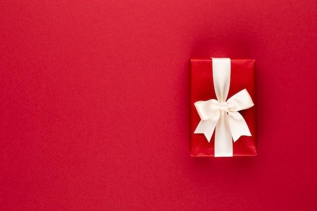 Geschenk- oder geschenkbox auf farbtabellen-draufsicht