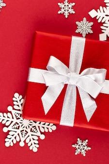 Geschenk- oder geschenkbox auf farbtisch-draufsicht. flache zusammensetzung für geburtstag, muttertag oder hochzeit.