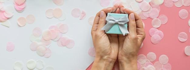 Geschenk oder geschenkbox in händen