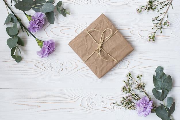 Geschenk- oder geschenkbox in kraftpapier eingewickelt