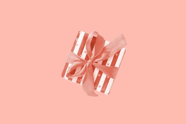 Geschenk- oder geschenkbox in streifen mit schleife