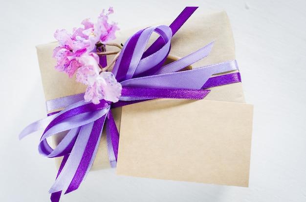 Geschenk oder geschenkbox und leere grußkarte