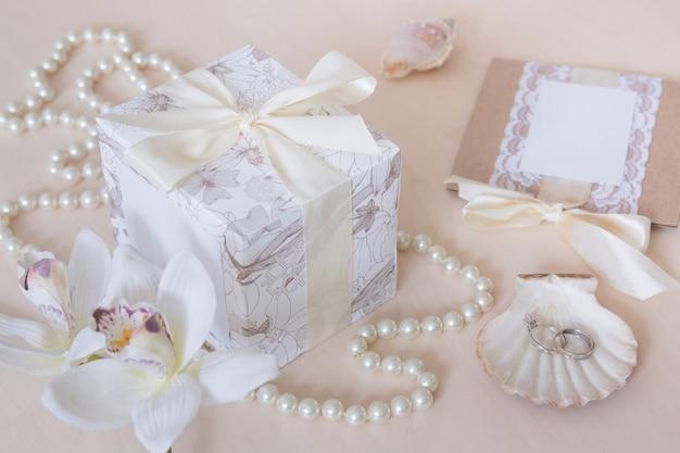 Geschenk, perlen, muscheln, orchideen und ringe