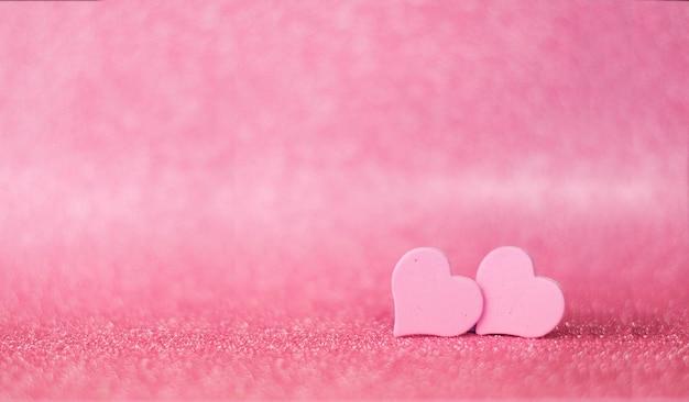 Geschenk rosa herz auf glänzendem hintergrund mit bokeh für valentinstag