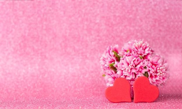 Geschenk rotes herz mit blume auf glänzendem hintergrund mit bokeh für valentinstag