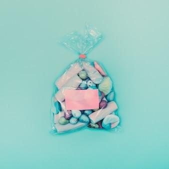 Geschenk-süßigkeiten im paket. vanille minimalistischer stil.