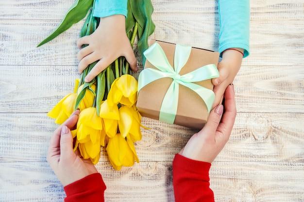 Geschenk und blumen. selektiver fokus. feiertage und veranstaltungen.