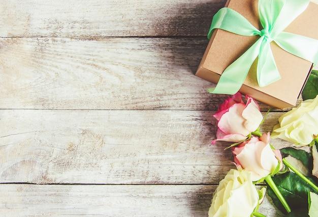 Geschenk und blumen. selektiver fokus. holideys und veranstaltungen.