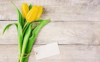 Geschenk und Blumen. selektiver fokus.